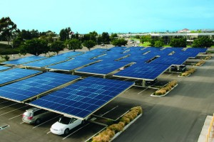 Solar Grove auf dem Firmenparkplatz (KYOCERA International Inc. in San Diego)